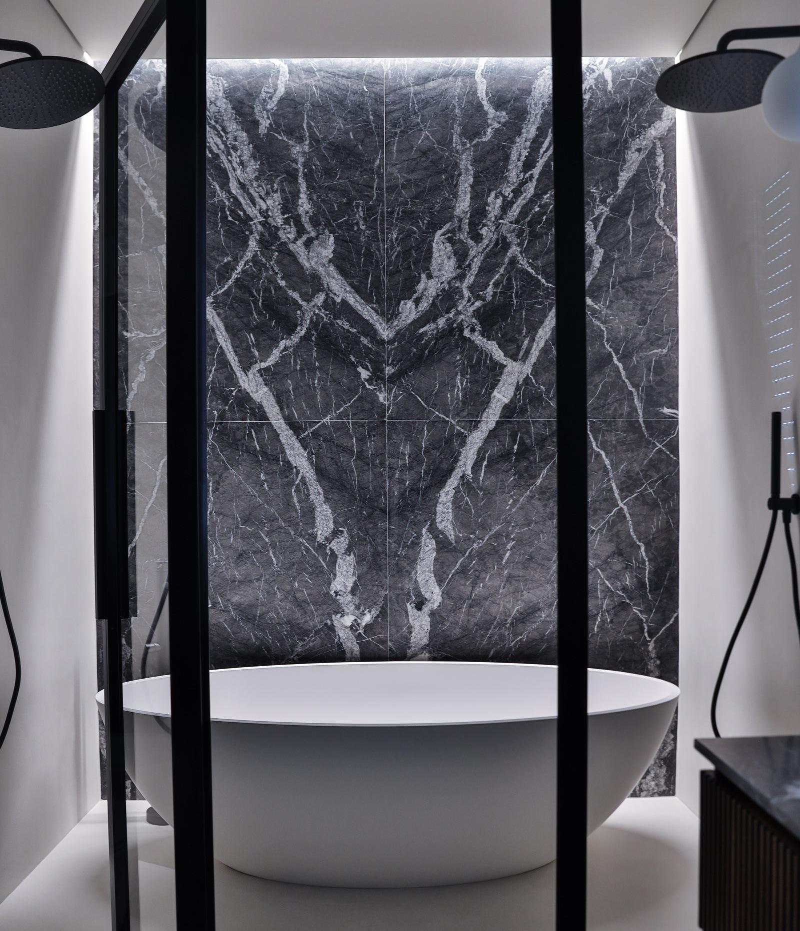 vasca freestanding con parete in marmo