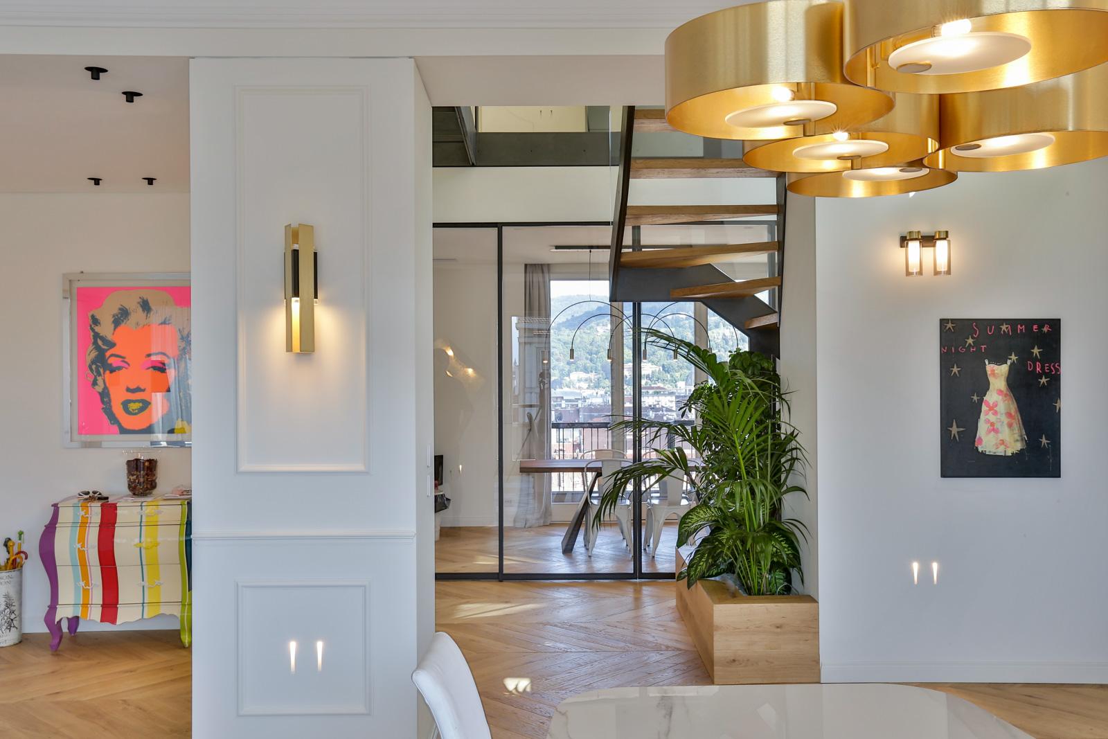 soggiorno con vetrate e luci moderne
