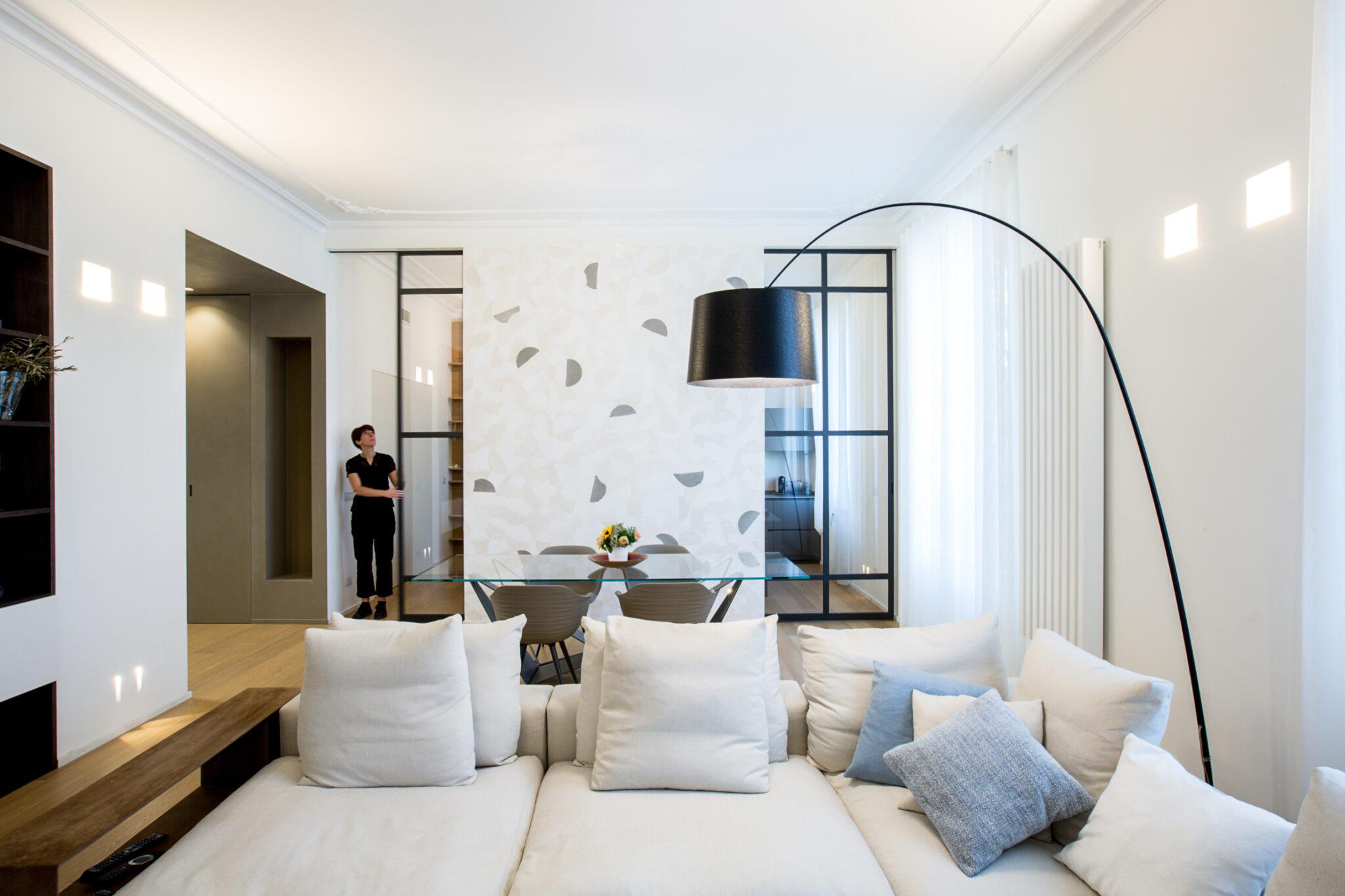 soggiorno con piantana e porte vetrate