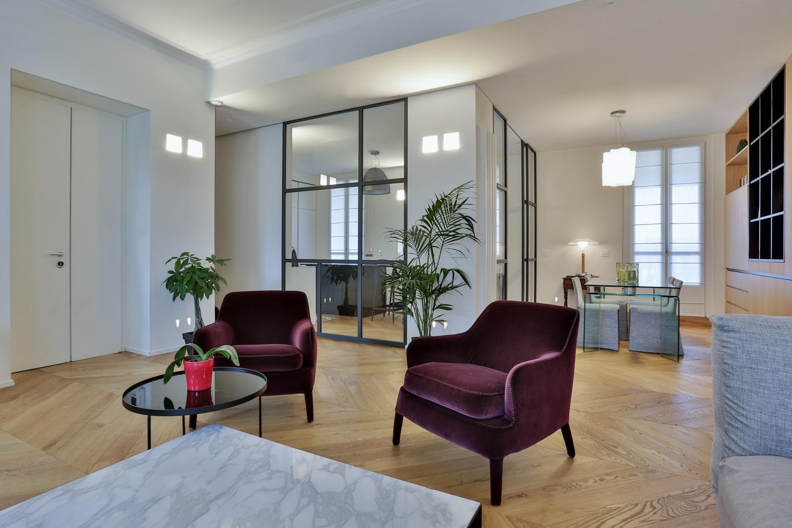 soggiorno moderno con sedie in velluto
